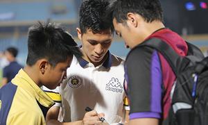 Các fan đua nhau xin chữ ký trung vệ hot boy của CLB Hà Nội