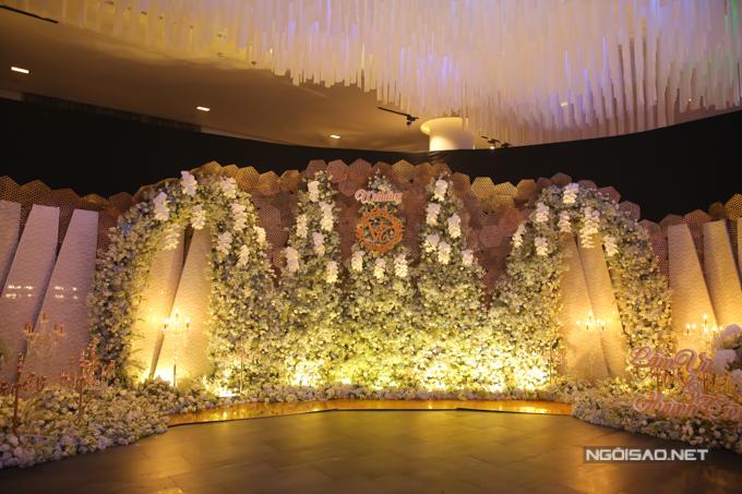 Họ thuê một sảnh tiệc rất rộng tại trung tâm tiệc cưới nổi tiếng ở quận Tân Bình TP HCM để tổ chức hôn lễ.