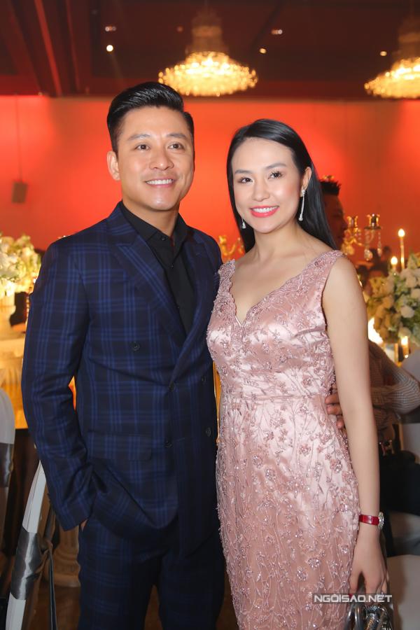 Vợ chồng Tuấn Hưng tình tứ sánh đôi đi đám cưới Lâm Vũ ở TP HCM.