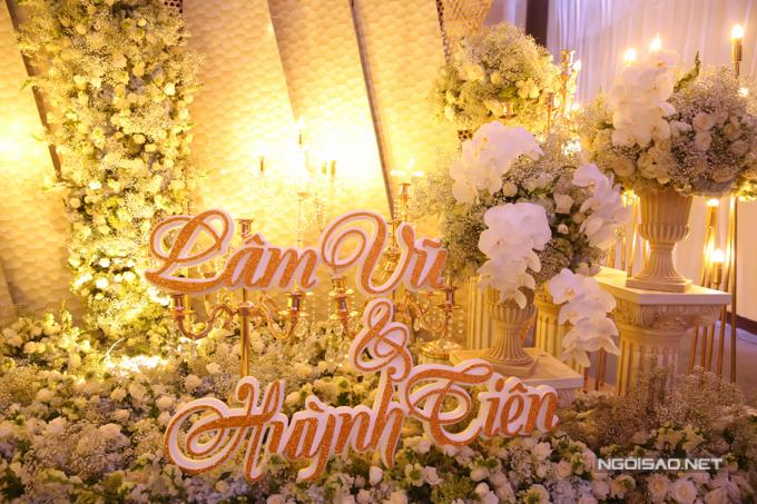Tên chú rể Lâm Vũ và cô dâu Huỳnh Tiên nổi bật trên nền hoa trắng.