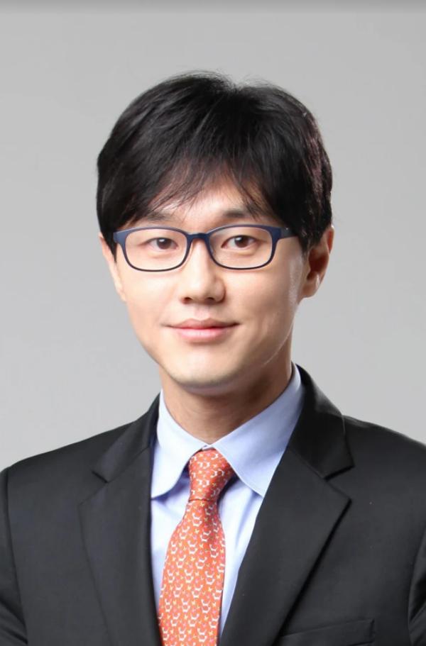 Bác sĩ Choi Hang Seok - chuyên gia về thẩm mỹ nội ngoại khoa đến từ Hàn Quốc.