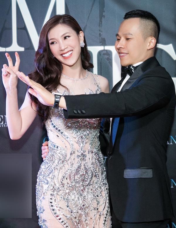 Tân Hoa hậu Áo dài 2018 Phí Thị Thùy Linh cười tươi rạng rỡ chụp ảnh cùng bầu Tiệp.
