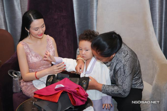 Bé Su Hào được mẹ và người giúp việc thay quần áo đẹp.