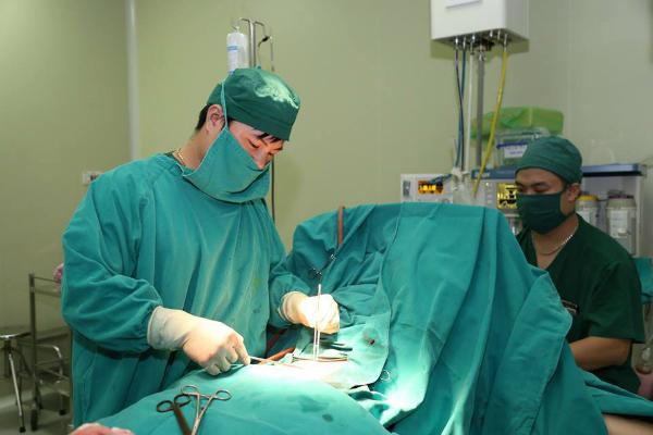 Bác sĩ phẫu thuật bảo tồn tử cung cho người bệnh. Ảnh: Bệnh viện cung cấp.