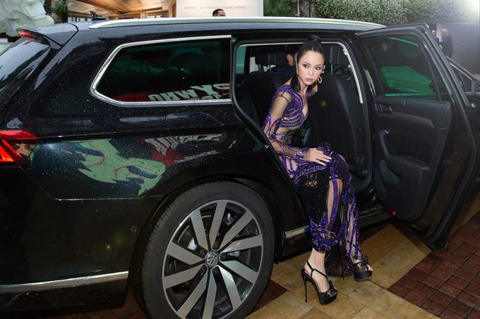 Cô đưa theo cả chuyên gia trang điểm và nhiếp ảnh riêng để có những hình ảnh ấn tượng tại Cannes.