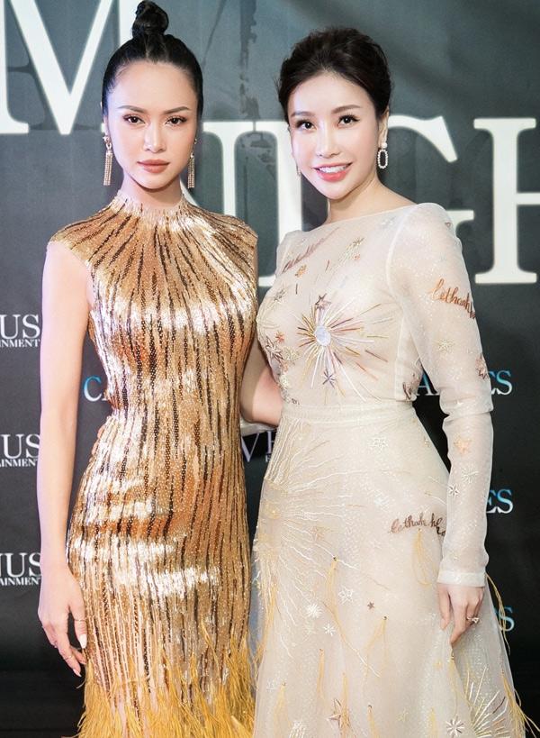 Vũ Ngọc Anh đi Pháp dự LHP Cannes kết hợp ủng hộ show diễn của nhà thiết kế Hoàng Hải và gặp gỡ bạn bè tại buổi tiệc Vietnam Night. Cô chụp ảnh cùng hoa hậu Lam Cúc.