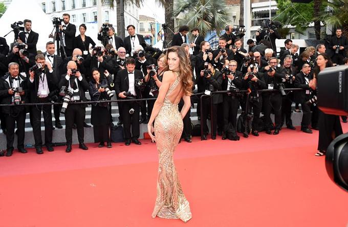 Siêu mẫu đồng hương Brazil của Adriana là Izabel Goulart cũng khoe đường cong ấn tượng trên thảm đỏ ngày 16/5.