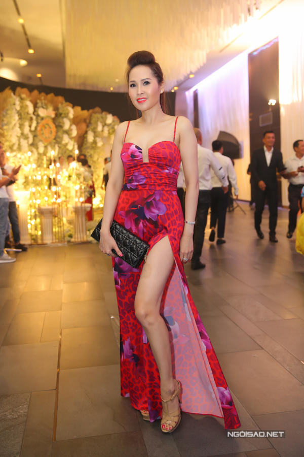 Gái nhảy Minh Thư trông sexy khi diện mốt váy dây xẻ vạt cao.
