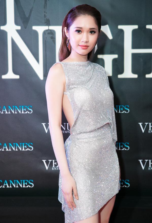 Diễn viên Quỳnh Hương trông rất gợi cảm khi mặc váy ngắn hở lưng.