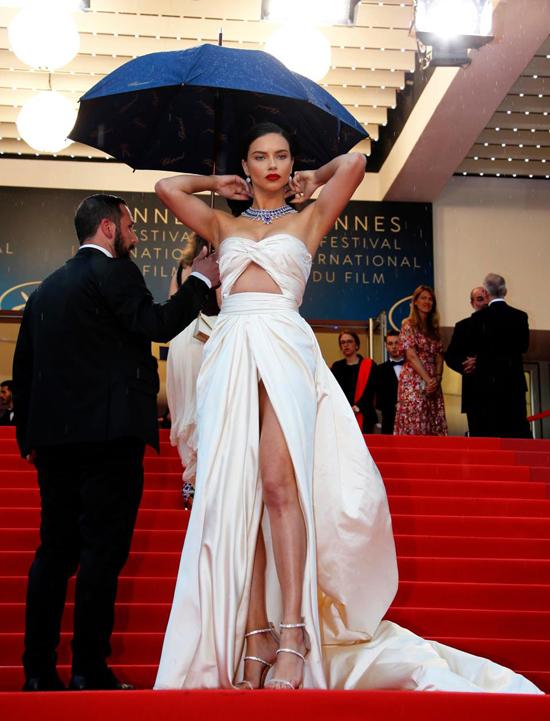 Adriana hiện là thiên thần kỳ cựu nhất của Victorias Secret về cả tuổi đời và số năm gắn bó. Ngoài ra, người đẹp 36 tuổi còn là gương mặt đại diện của nhiều nhãn hàng thời trang và trang sức khác.