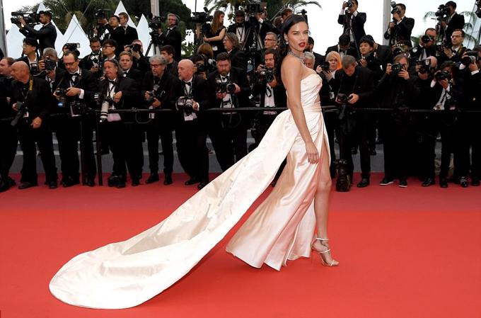 Thiên thần nội y Adriana Lima trễ nải trên thảm đỏ Cannes - 1