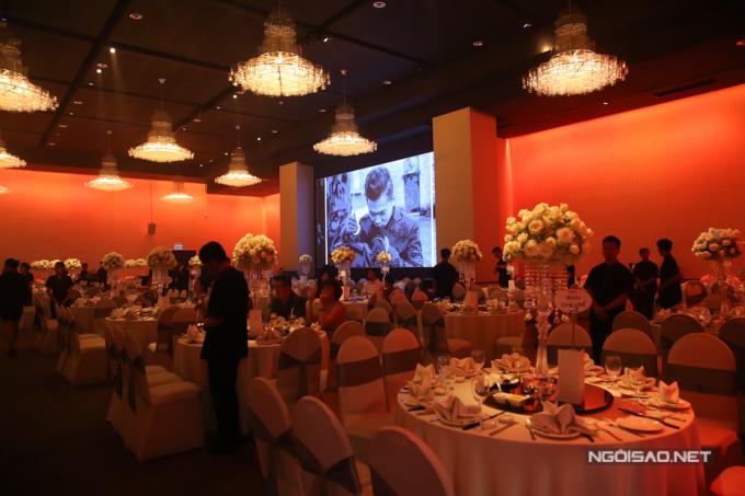 Các bàn đều trang trí hoa tươi và ghi chú rõ để khách mời nhanh chóng tìm thấy chỗ ngồi phù hợp.