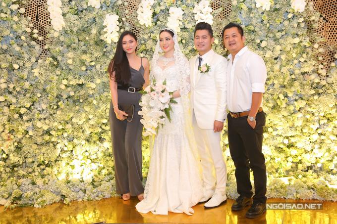 Miss Ngôi Sao 2013 Thy Thơ và ông xã hơn cô 13 tuổi cũng chụp ảnh cùng vợ chồng Lâm Vũ tại tiệc cưới.