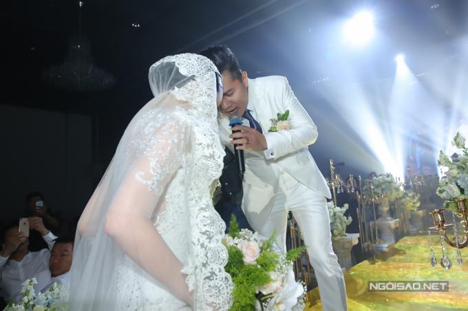 Khi Lâm Vũ hát xong, Huỳnh Tiên từ ngoài sảnh tiệc bước vào. Chàng ca sĩ cẩn thận đỡ vợ lên sân khấu để thực hiện các nghi thức quen thuộc.