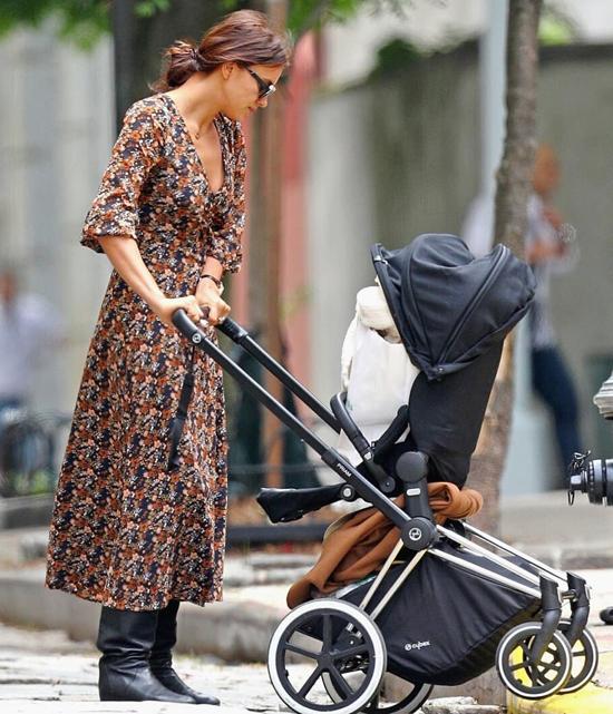 Trông cô giống như bao bà mẹ bình thường khác trong công viên ở New York.