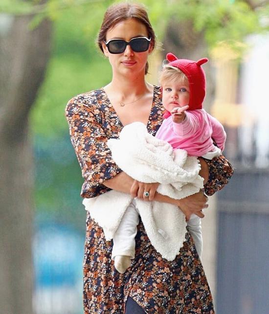 Lea chào đời vào tháng 3 năm ngoái, là con đầu lòng của Irina Shayk và tài tử Bradley Cooper.