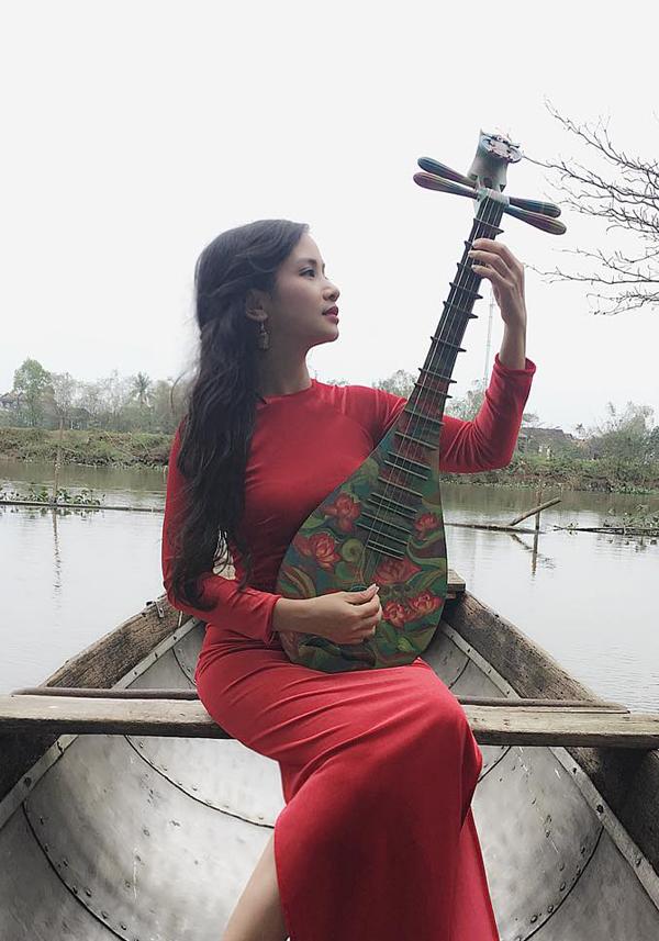 Nữ diễn viên Phía trước là bầu trời thường xuyên được mời đi biểu diễn đàn tỳ bà ở cả trong và ngoài nước.