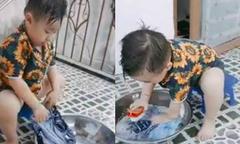 Bé trai 3 tuổi tự ngồi giặt quần áo giúp mẹ