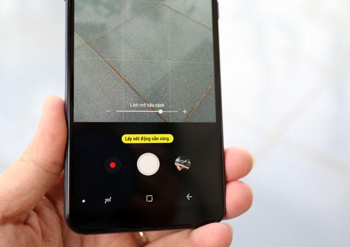 Máy cói chức năng xóa phông chủ động Live Focus có khả năng điều chỉnh độ sâu của trường ảnh trước hoặc sau khi chụp. Với chế độ bokeh nghệ thuật, người dùng có thể tùy chỉnh điểm sáng hậu cảnh với hình ảnh bokeh trái tim hoặc ngôi sao.