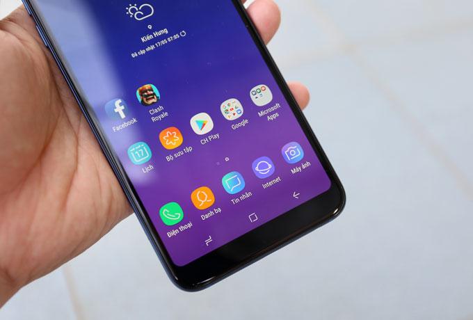 Nhiều tính năng của dòng Samsung cao cấp được đưa lên Galaxy A6+gồm bảo mật sử dụng hai tùy chọn xác thực sinh trắc học khác nhau - nhận dạng vân tay và khuôn mặt để mở khóa điện thoại. Thiết bị hỗ trợ cuộc sống đa tác vụ với App Pair, sử dụng triệt để màn hình lớn. Màn hình hỗ trợ Always On Display.