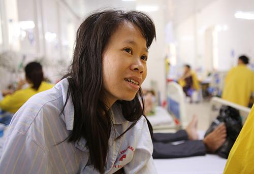 Chị Lê Thị Hoài Thu kể lại tai nạn. Ảnh:Nguyễn Hải.