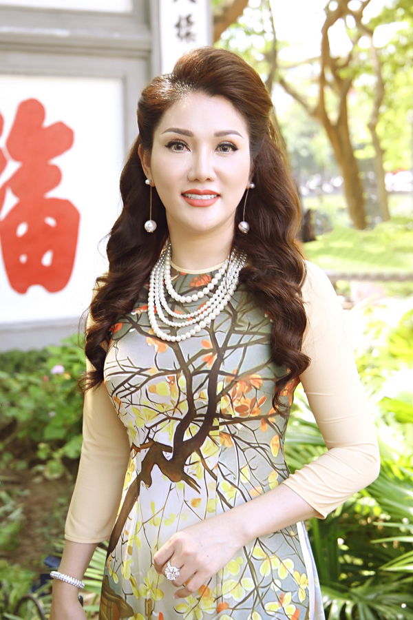 Ngoài ra, nữ doanh nhân cũng chia sẻ thông tin về nghề phun thêu thẩm mỹ cũng như những điểm khác biệt, ưu tú của một người thợ phun thêu Việt Nam