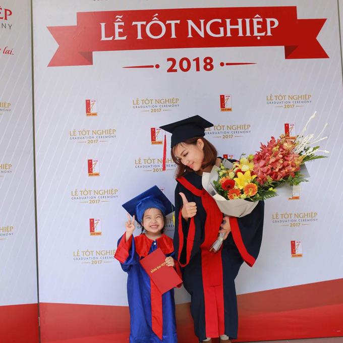 Mẹ 9X đơn thân mừng tốt nghiệp Đại học cùng con gái 3 tuổi.
