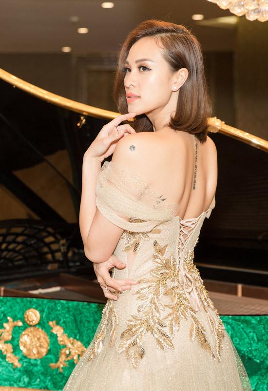 Trong sự kiện, Phương Mai được nhiều vị khách khen ngợi về nhan sắc trẻ trung và phong cách thời trang thanh lịch. Bộ đầm cầu kỳ của NTK Chung Thanh Phong giúp cô khoe được lưng trần gợi cảm cùng các hình xăm. Cô còn đeo thêm khuyên tai kim cương 1,5 carat.