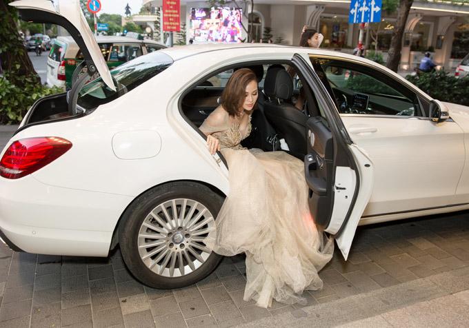 Chiều qua (16/5), Phương Mai gây chú ý khi mặc váy lộng lẫy,bước xuống từ xế hộp sang trọng. Cô được mời làm MC cho một sự kiện về bất động sản tại một khách sạn cao cấp củaTP HCM.
