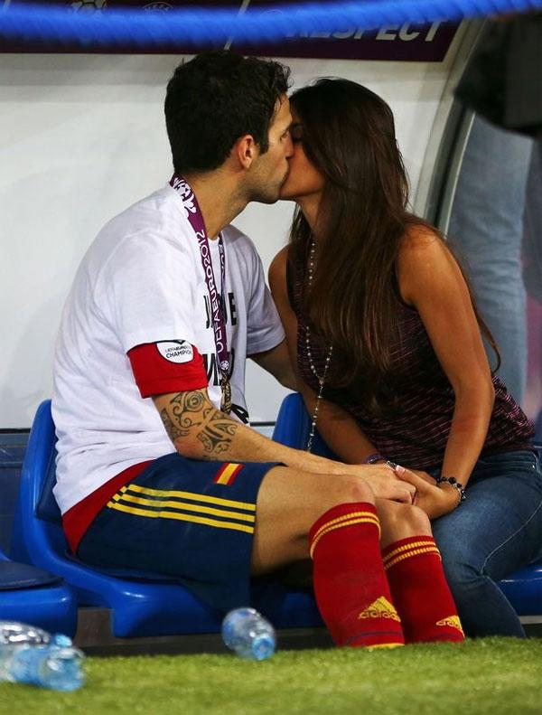Năm 2011, Fabregas và bà xãgặp nhau lần đầu tại nhà hàng Nhật ởLondon. Con trai của Daniella Semaanlà fan cuồng của tiền vệ người Tây Ban Nha và là người mai mối đầu tiên cho mối tình. Trong ảnh, cặp đôi hôn nhau say đắm ở Euro 2012.