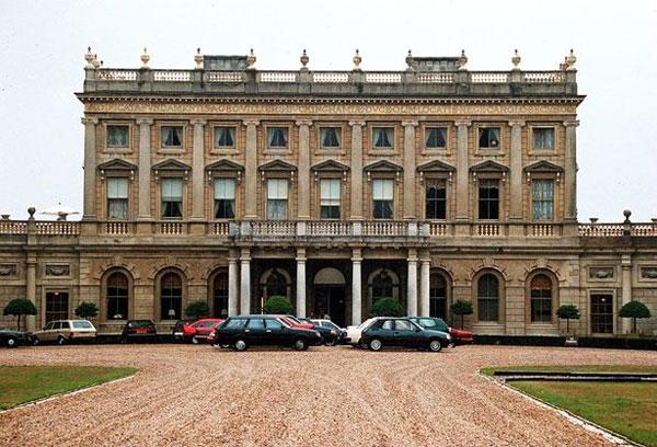 Giới nhà giàu và quý tộc mới đủ điều kiện tài chính để làm đám cưới ở nơi sang trọng.