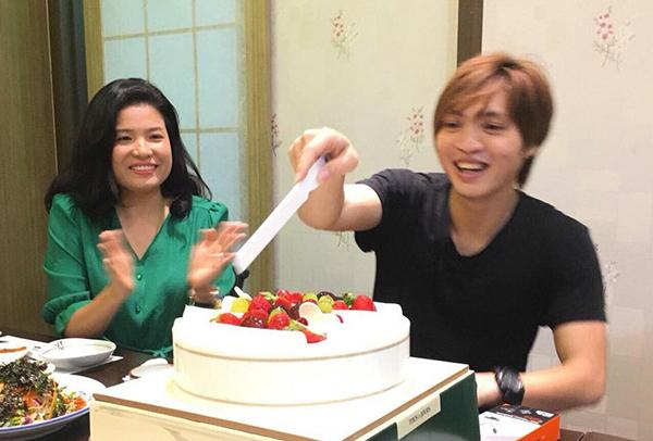Tuấn Anh cắt bánh sinh nhật ở Hàn Quốc. Ảnh: FB.