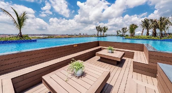 Ngoài khu vực bể bơi, du khách cũng có thể thư giãn, nghỉ ngơi ở 4 mini pool barxen kẽ hồ bơi theo phong cáchhiện đại.Điểm đặc biệt nhấtlà diện tích mảng xanh và thảm thực vật rộng 420 m2 được thiết kế hợp lý. Các bồn cây được bố trí cả trên cạn và dưới nước khiến cho không gian sinh thái hài hòa và sinh động.