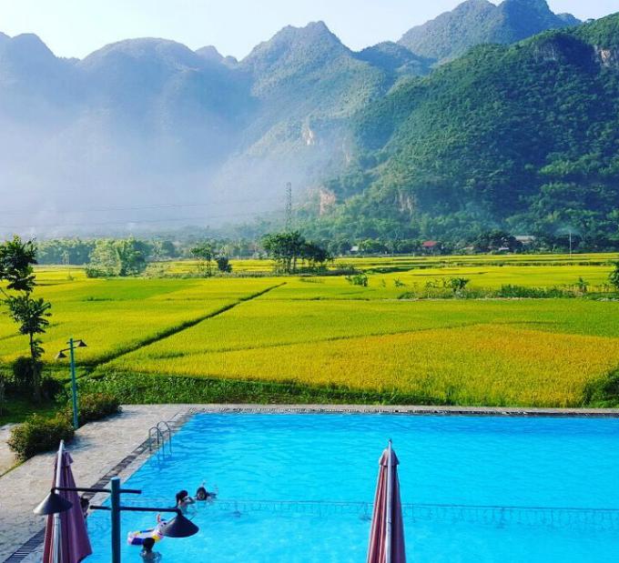 Bểbơi ngoài trời nhìn thẳng ra dãy núi trập trùng xen lẫn mây trời, đẹp ngút ngàn.Ngoài bể bơi, khu nghỉ còn có một khu vườn rộng lớn để bạn và gia đình hoà mình vào thiên nhiên núi rừng Mai Châu.Nơi này cũng rất thích hợp với gia đình có con nhỏ. Hơn nữa, từ Hà Nội lên Mai Châu, quãng đường di chuyển khá gần nên rất thuận tiện.