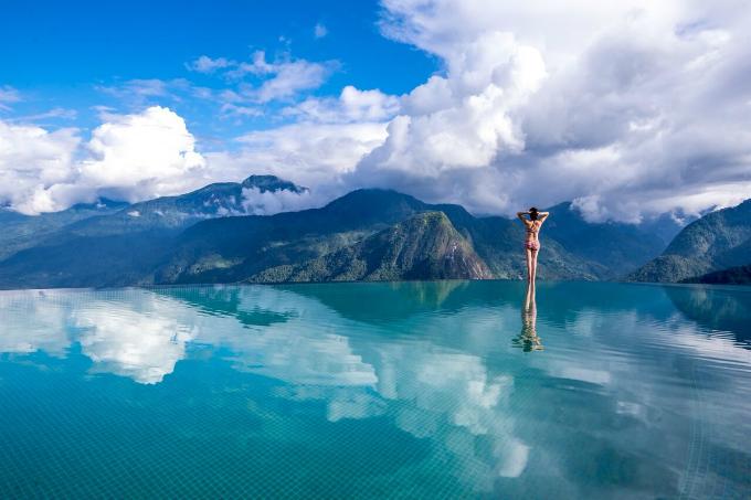 Bể bơi ở Topas Ecolodge, Sa Pa Có lẽ không phải nhắc nhiều bởi đây là cái tên quá quen thuộc ở miền Bắc, đặc biệt là ở Sapa. Khu nghỉ này luôn trong tình trạng cháy phòng vào kỳ nghỉ hè. Một trong những điểm thu hút du khách đến với nơi đây chính là khu bể bơi vô cực lớn nhất Việt Nam, nằmtrên một sườn đồi cao 900 m so với mặt nước biển, diện tích gần 100m2, in hình mây núi rất ảo diệu.