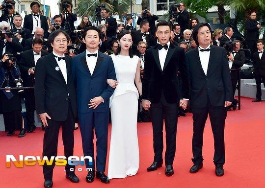 Đoàn phim Burning trên thảm đỏ Cannes hôm 17/5.