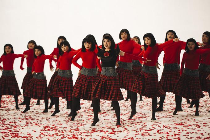 Chi Pu tiết lộ, để quay được các cảnh đặc biệt, cô và dàn vũ công phải tập nhảy ngược trong nhiều phân đoạn.