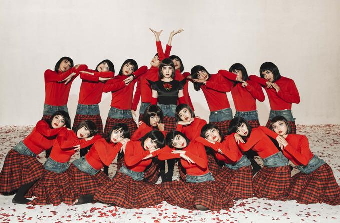 Hiện MV Đóa hoa hồng của Chi Pu đã thu hút hơn 3 triệu lượt xem, lọt top 10 sản phẩm thịnh hành trên Youtube, cùng với MV Chạy ngay đi của Sơn Tùng M-TP. Sau phiên bản dance, nữ ca sĩ sẽ tung phiên bản story vào ngày 21/5 tới.