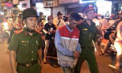 Dùng kéo đâm gục vợ cũ trong hiệu giày dép ở Hà Nội