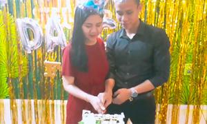 Quế Ngọc Hải cắt bánh sinh nhật bên vợ bầu