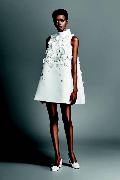 Với cô dâu ưa thích sự đơn giản, hãy tham khảo mẫu váy trong bộ sưu tập 2019 từ Viktor & Rolf. Mẫu váy suông xòe rộng dần từ trên xuống dưới được đính thêm những bông hoa trắng với đủ kích cỡ để tạo điểm nhấn.