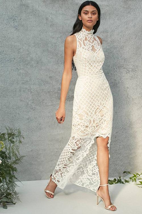 Chiếc váy cưới của Coast ấn tượng bởi thiết kế váy hai tầng. Mẫu váy cổ yếmbằng ren xuyên thấu và có thêm lớp lót màu nude bên trong. Với thiết kế ôm trọn đường cong, bộ váy khiến vẻ ngoài của cô dâu gợi cảm, nữ tính nhưng vẫn kín đáo.