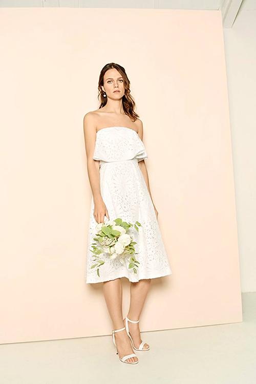 Mẫu váy xòe của Whistles nằm trong bộ sưu tập 2018 sẽ chinh phục các nàng chuộng phong cách mộc mạc. Phần trên của váy có thiết kế cúp ngực và nhiều tầng lớp. Họa tiết váy hình hoa được cắt lazer tinh tế.