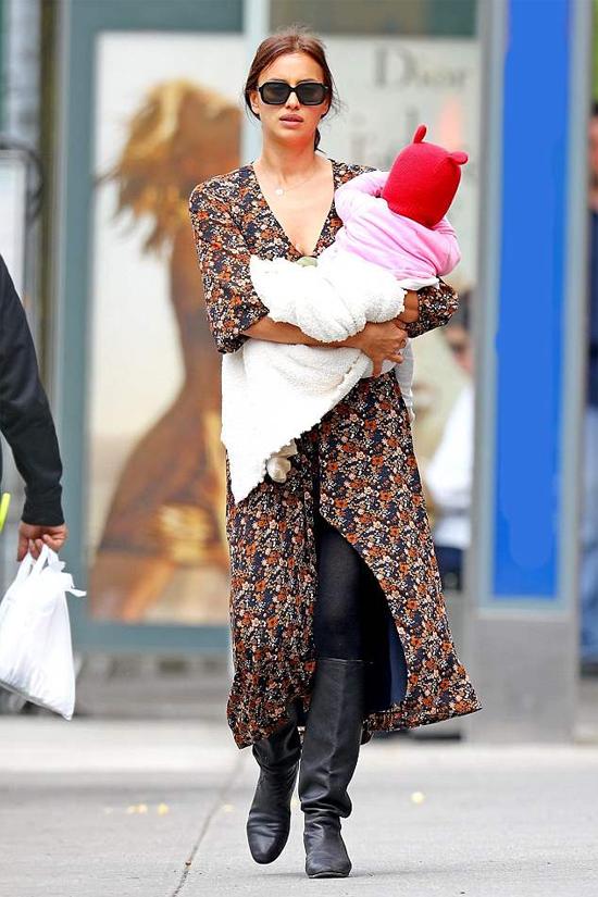 Irina Shayk đã rời Cannes (Pháp) vào đầu tuần này và trở về nhà ở New York. Cô được trông thấy thư thả dạo phố cùng thiên thần nhỏ Lea.