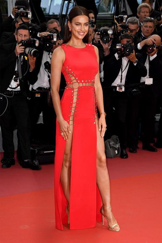 Chỉ một ngày trước đó, Irina Shayk khoe dáng quyến rũ trên thảm đỏ Cannes.