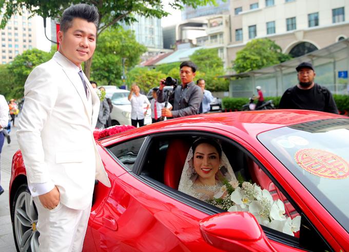 Anh rất hạnh phúc vì cưới được bà xã xinh đẹp, luôn thông cảm với nghề nghiệp của mình.
