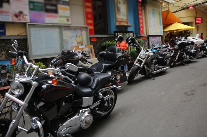 Lâm Vũ nhờ bạn bè mang dàn mô tô khủng hộ tống anh đi rước dâu.