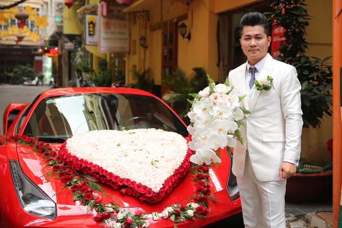 Xe hoa của nam ca sĩ kết hình trái tim từhoa hồngtươi gồm haimàu trắng và đỏ.
