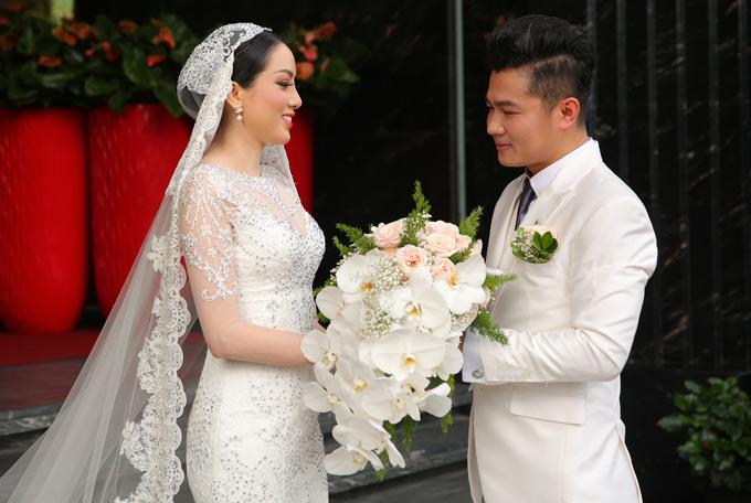 Chàng ca sĩ và vợ hoa hậu quyết định kết hôn chỉ sau 3 tháng hẹn hò.