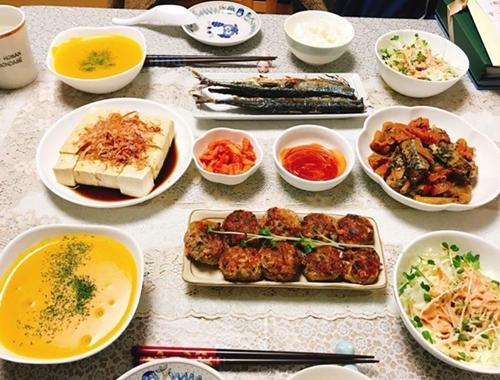 Đôi lúc chị Phương Thúy chia thực phẩm thành hai phần, chế biến theo hai công thức khác nhau. Đĩa thịt viên trên mâm cơm nhà chị một nửa sốt cà chua, nửa còn lại sốtteriyaki cho vừa miệng ông xã.